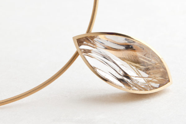 Bergkristall-Collier mit Rutilnadeln / Spiegelschliff, 750 Gold. Unikat.